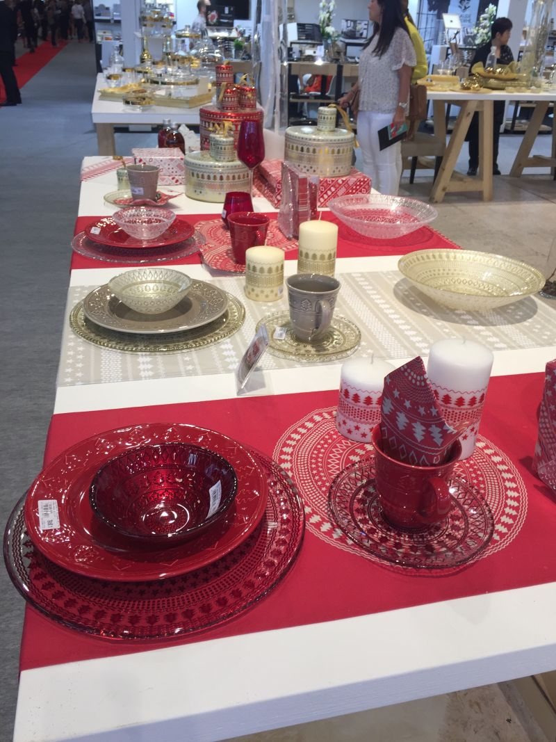how to set a table in red
