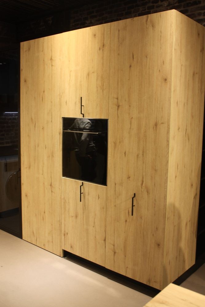 Aran hasthis unit wherelovely wood cabinetry hides manyof the appliances and hasunique vertical hardware.