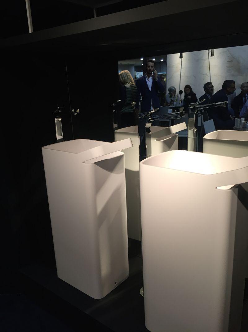 Freestanding bathroom washbasin with towel rack