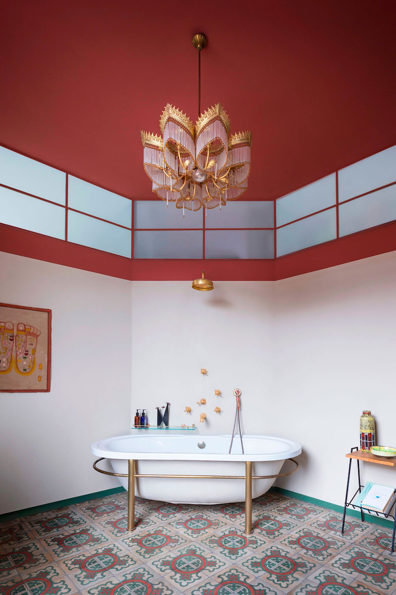 Loft 19 house bathroom tub and chandelier