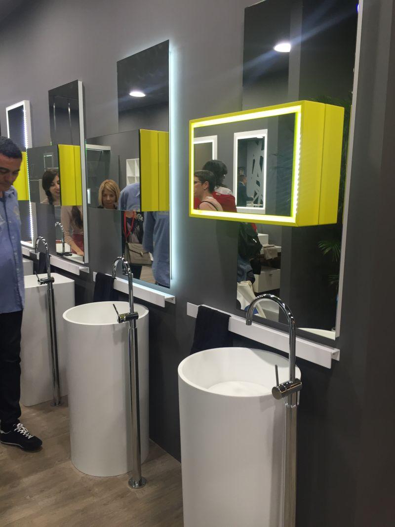 Round freestanding wash basin