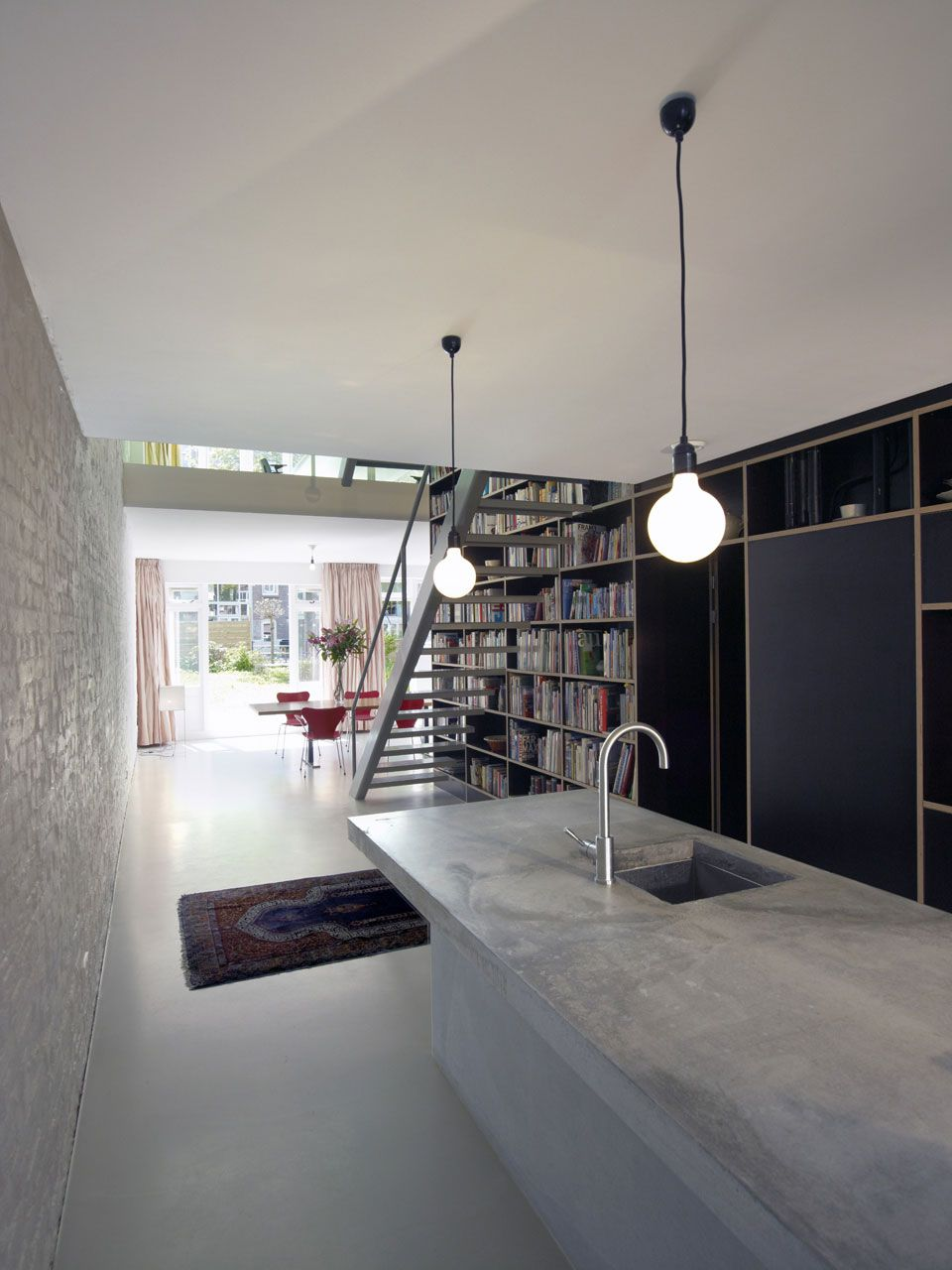 Vertical loft concrete kitchen
