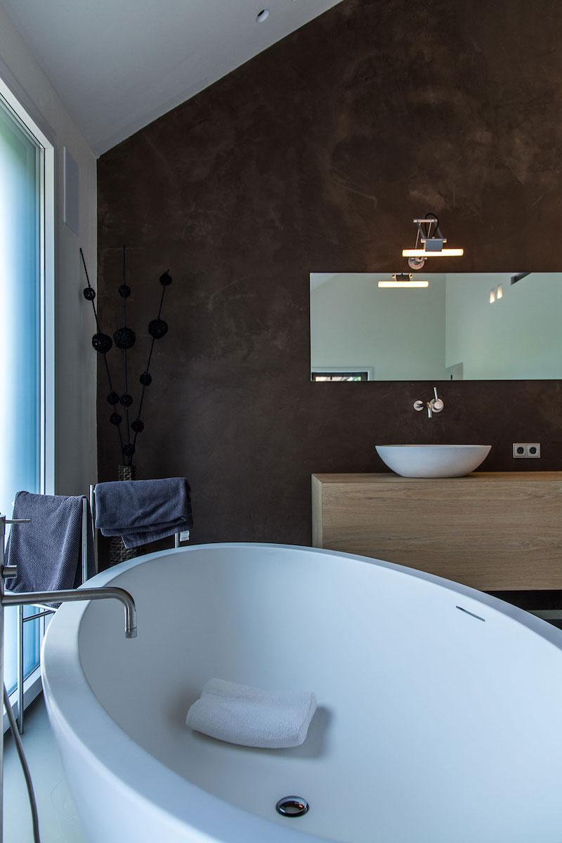 Villa Hindeloopen bedroom tub near window