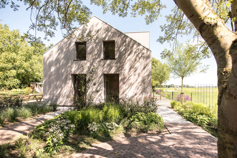 Villa Hindeloopen side facade and garden