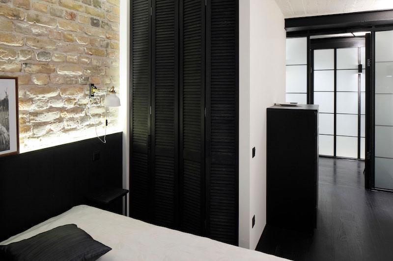 Apartment UV bedroom closet