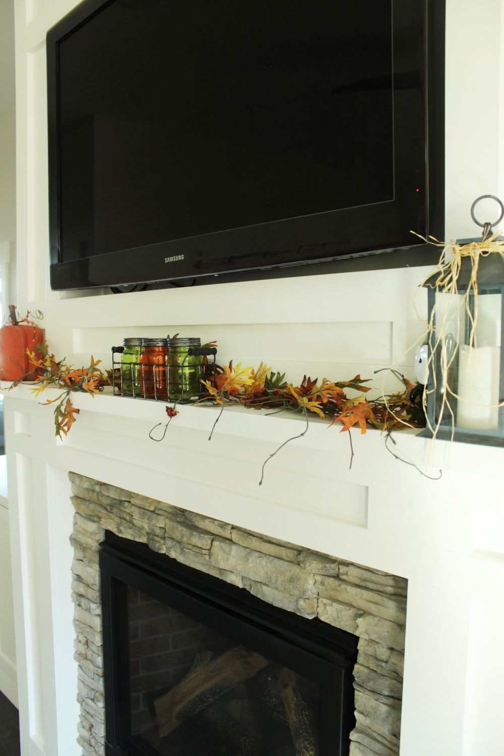 Decorate the living room fireplace mantel