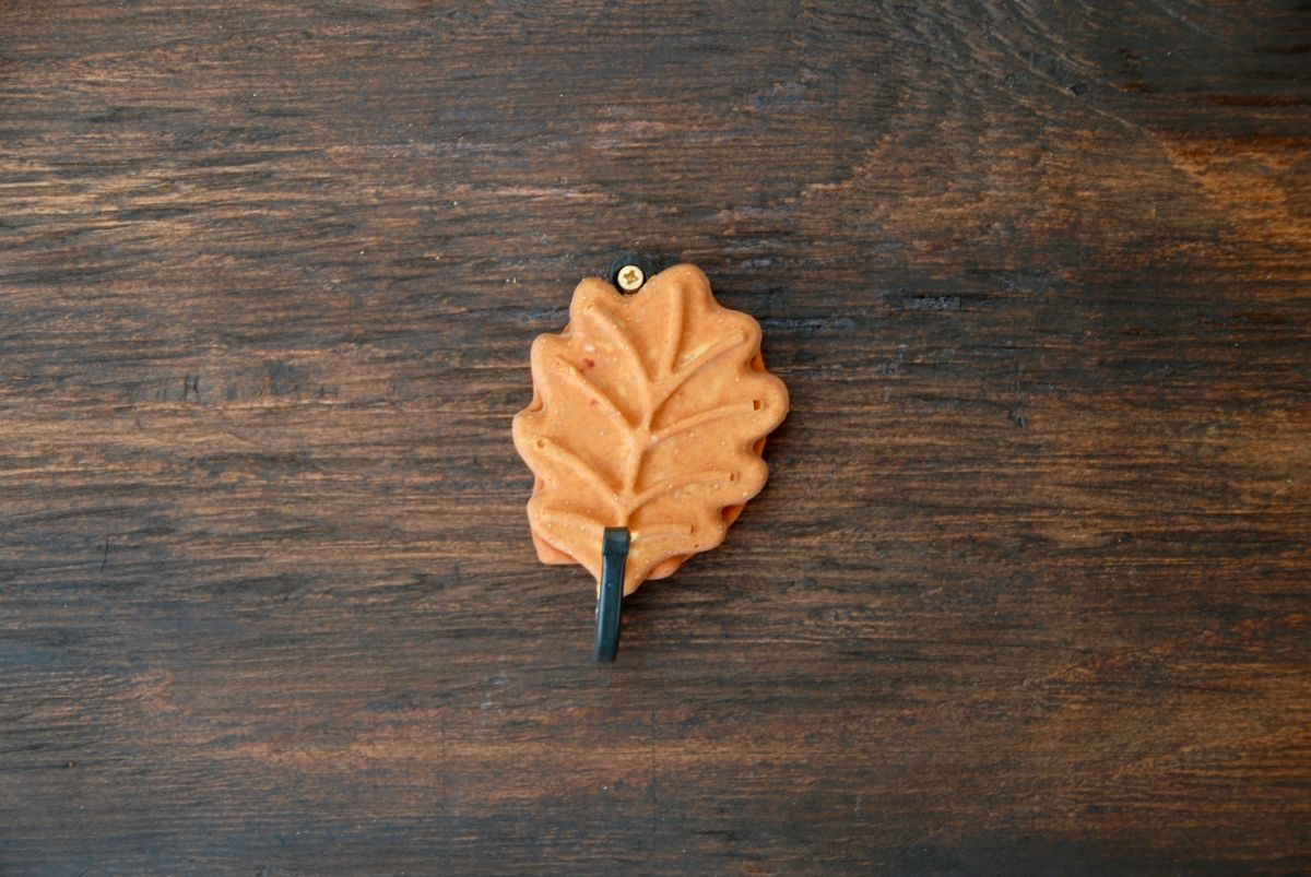 Leaf wall hook