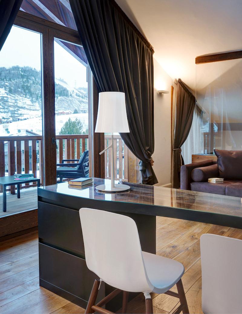 Nira Montana Hotel Schreibtisch und Terrasse
