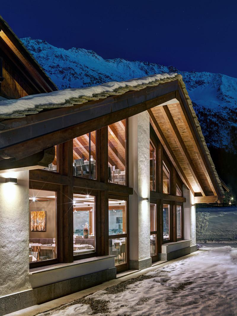 Nira Montana Hotelfassade und -dach