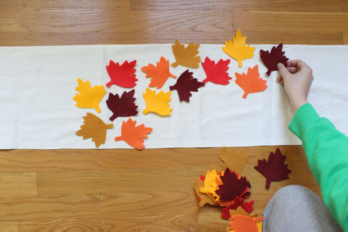 Thanksgiving table runner and placemats arrange