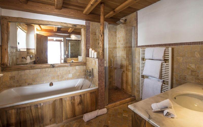 Chalet Le Chardon bathroom with tub and shower