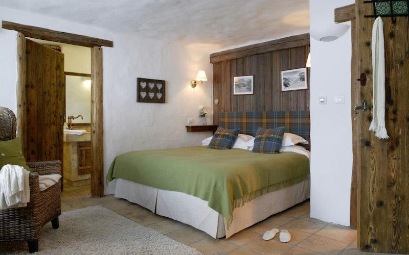 Chalet Le Chardon bedroom headboard