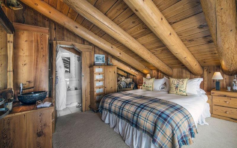 Chalet Le Chardon bedroom wooden beams