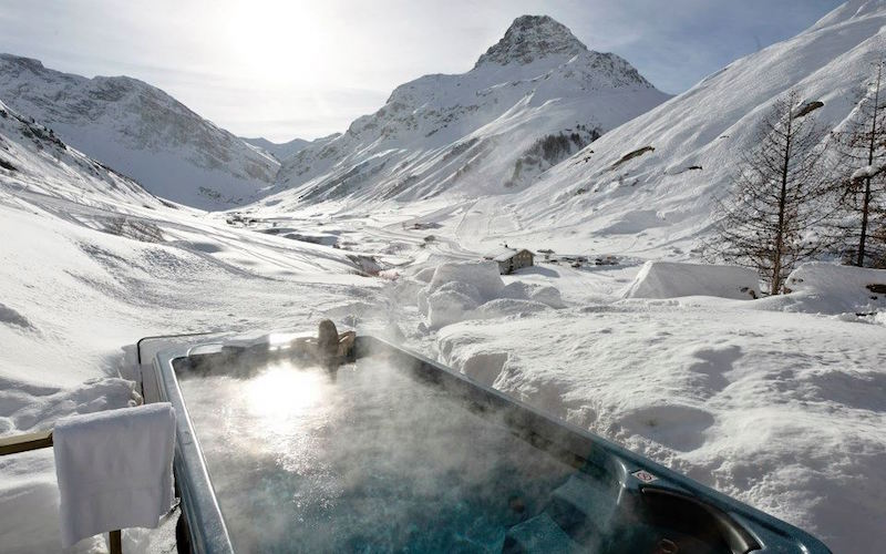 Chalet Le Chardon pool surrounded by snow