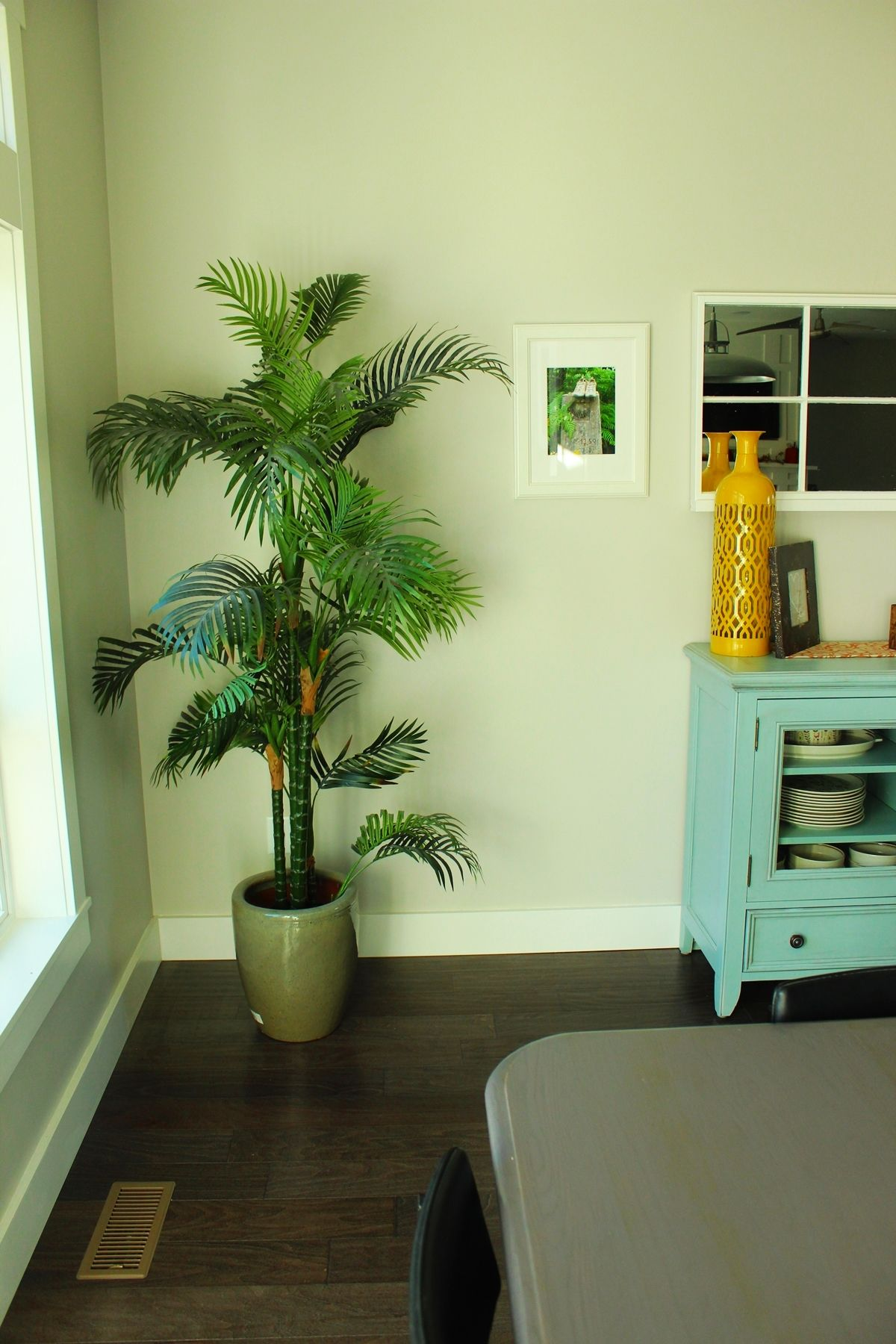 How to Decorate Dining Room - Corner Plants