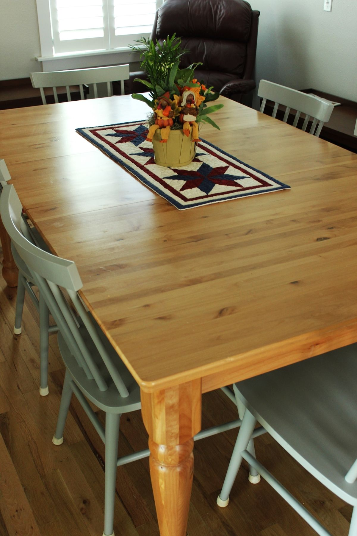 How to Decorate Dining Room - decorating the table