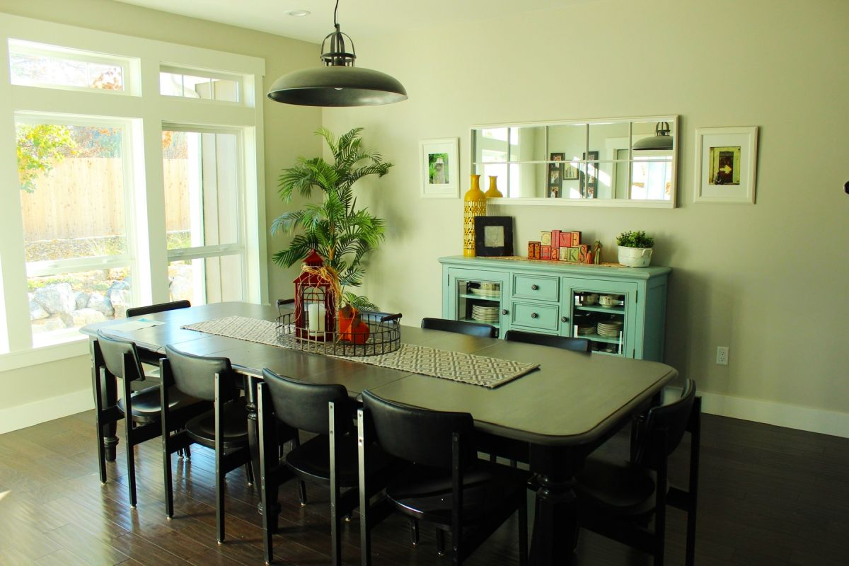 How to Decorate a Family Dining Room