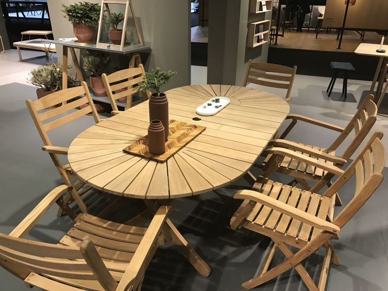 ... oval tables are also nice decorative pieces View in gallery ... - Oval Dining Table Designs - A Symbol Of Versatility And Sophistication