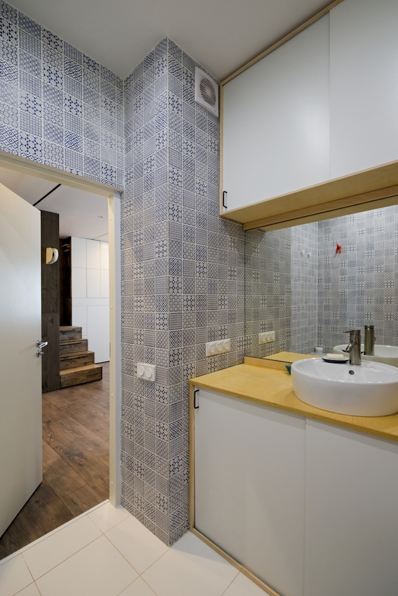 Small Moscow flat bathroom textured tiles