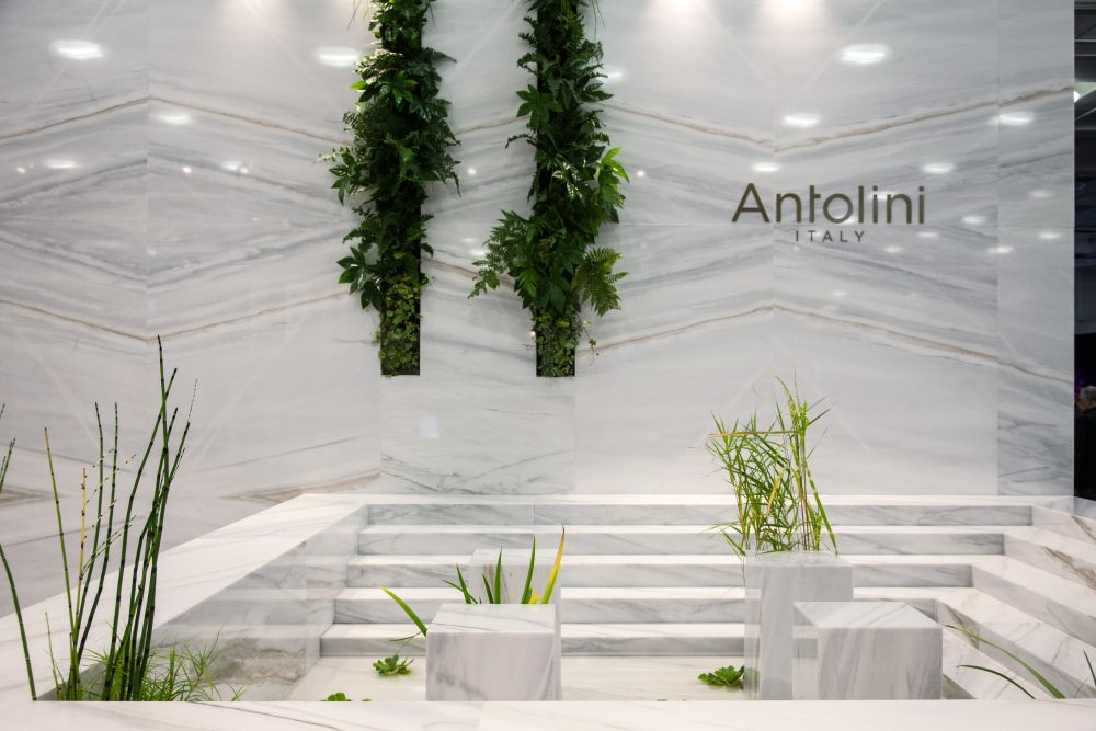 this pairing of light-colored marble and greenery is perfect in every way
