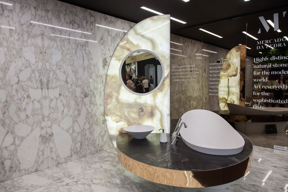 This is a bathroom designed by Mercado da Pedra, a company with over 10 years of experience in working with marble