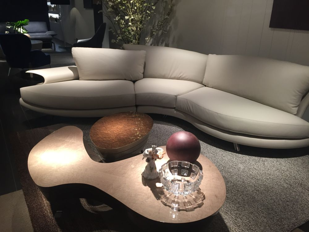 The sinuous lines of the sofa are accentuated by the organic shape of the coffee table