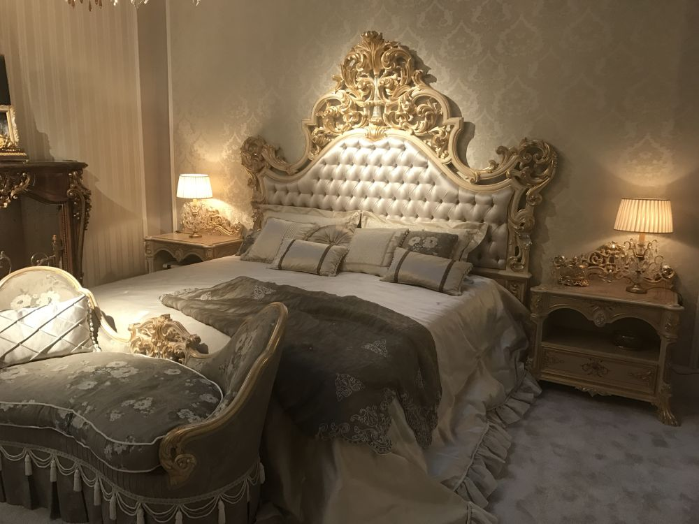 Baroque rococo style make for a luxury bedroom for Chambre de bain de reve