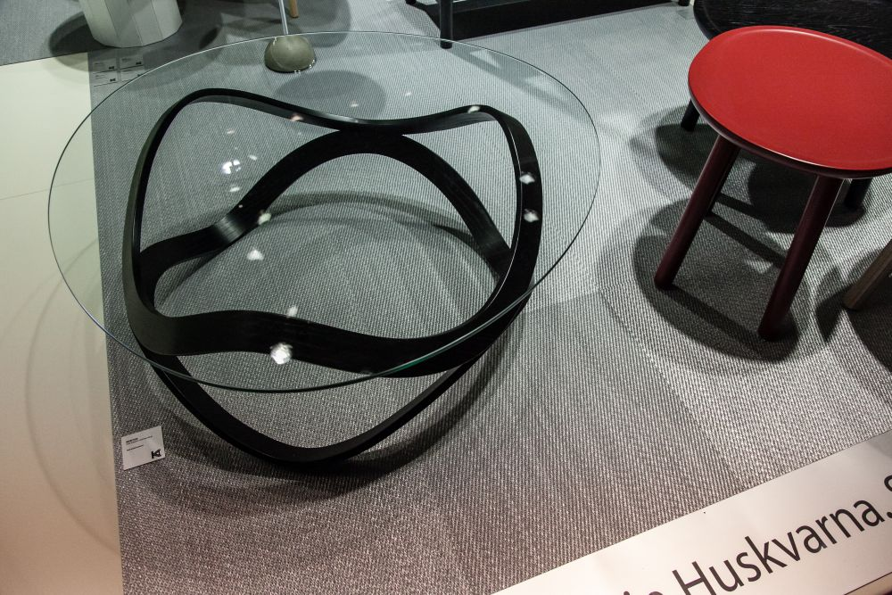 The Newton coffee table has a base with a sinuous and sculptural design, a perfect match for its glass top