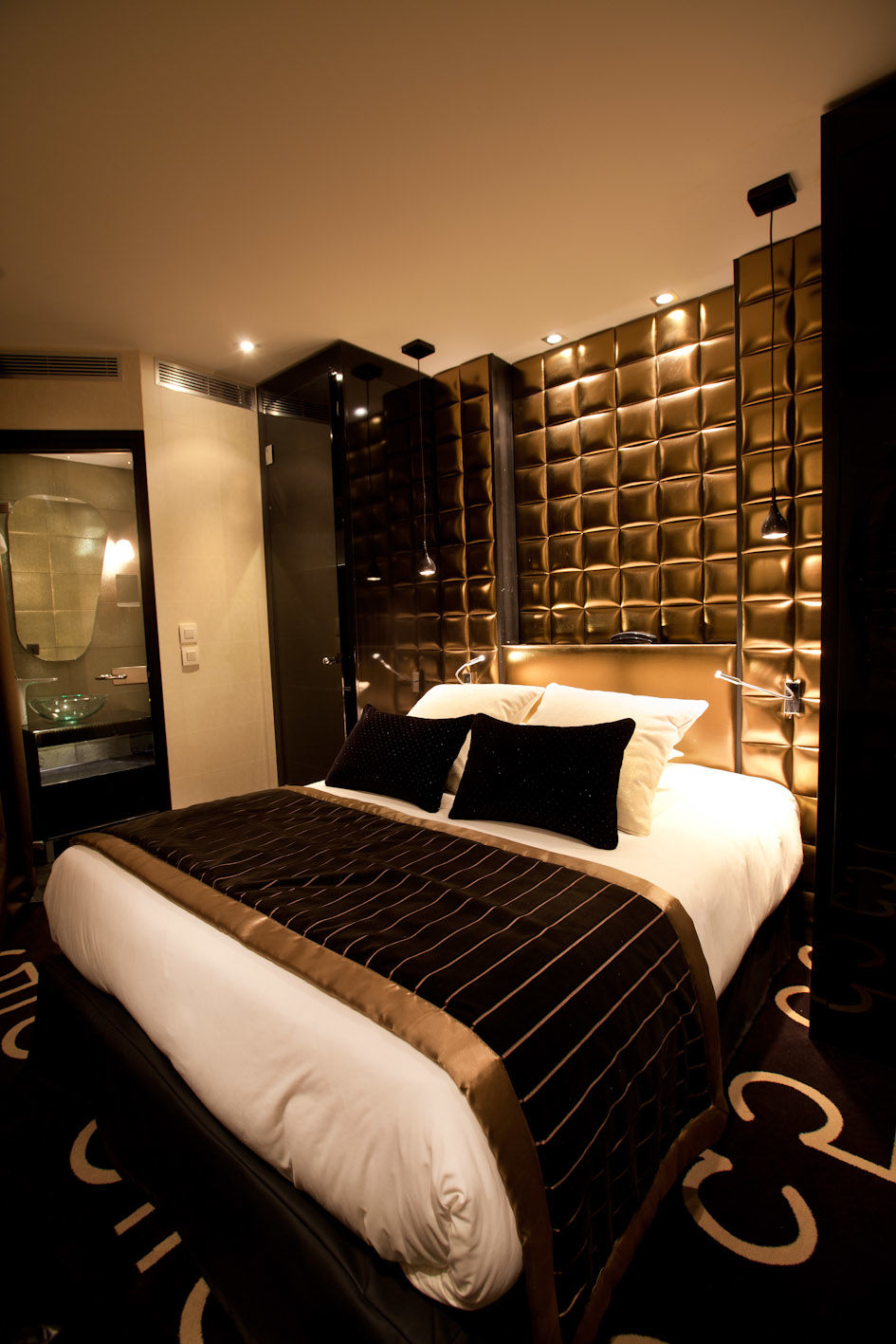 15 luxurious black and gold bedrooms for Black gold bedroom designs