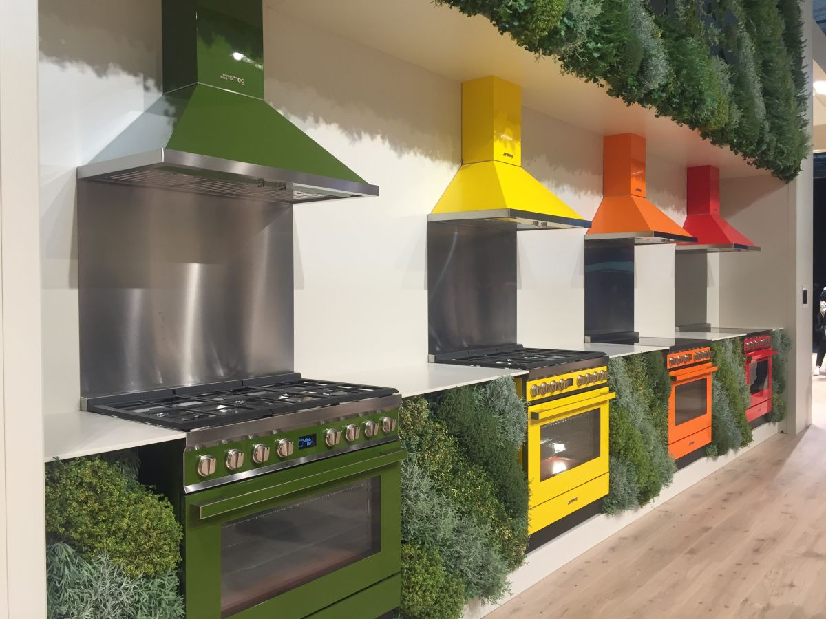 It can be interesting and rejuvenating to have a brightly-colored stove and a matching hood for it