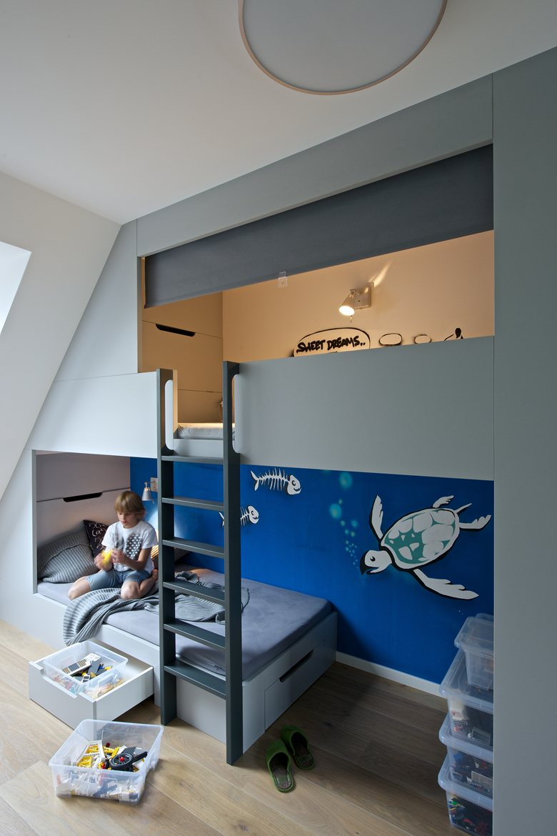 It's a good idea to use the height of the room to create additional spaces for an extra bed or storage