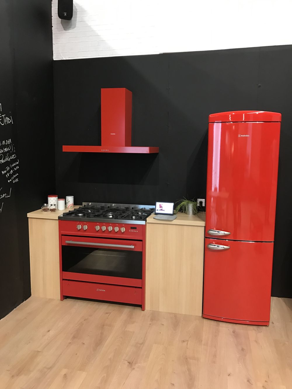 Similarly, a red fridge can be matched with a red oven and a red hood, although you can also combine two or more colors