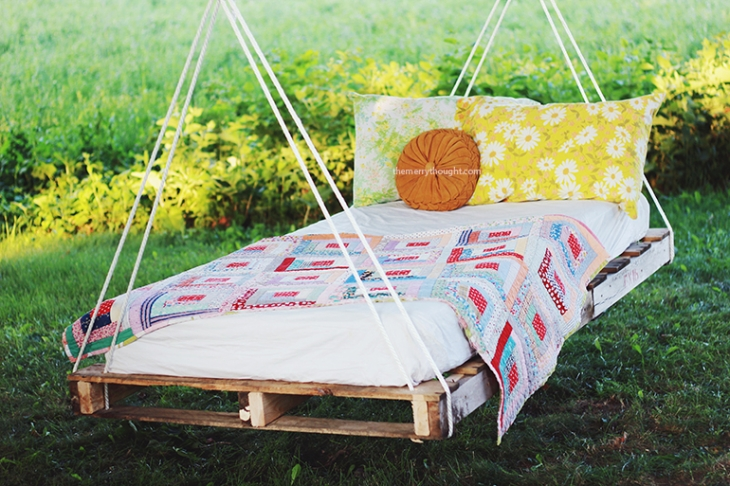 Pallet swing ideas the perfect summer diy view in gallery solutioingenieria Gallery