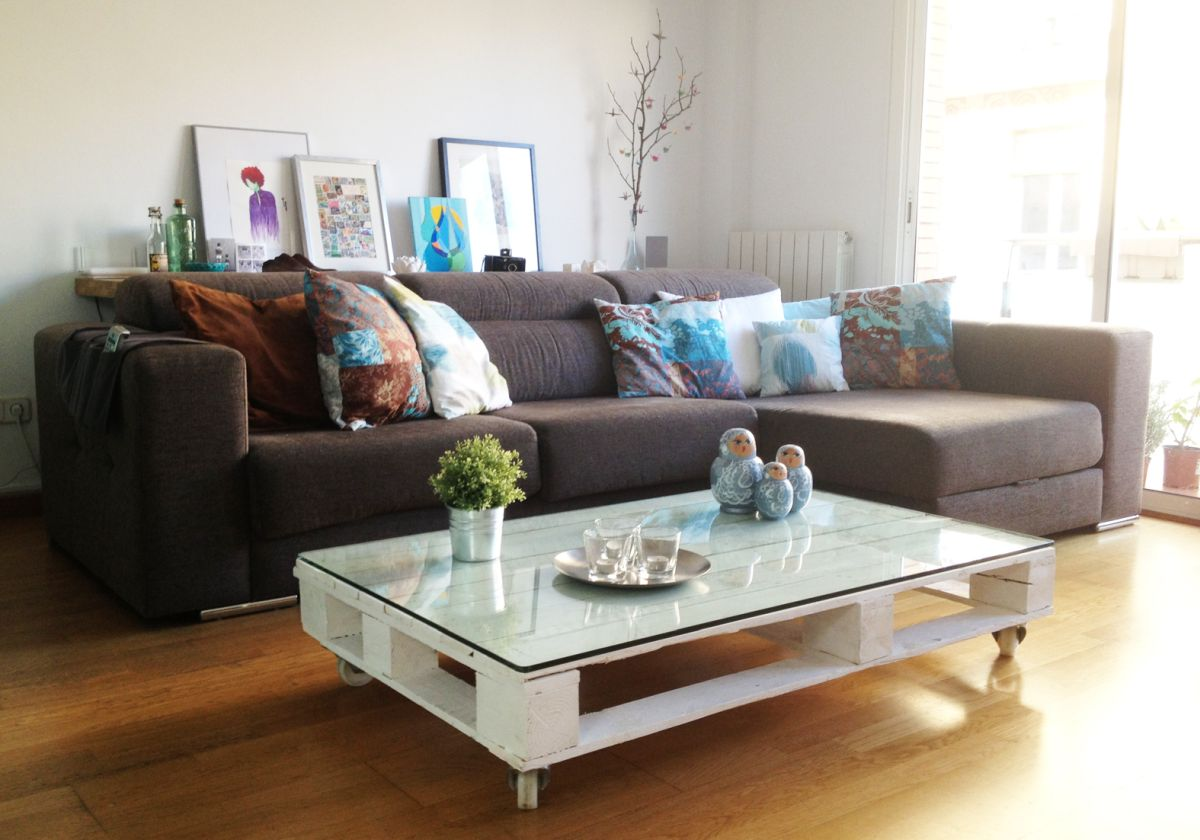 White pallet coffee table with glass top and casters