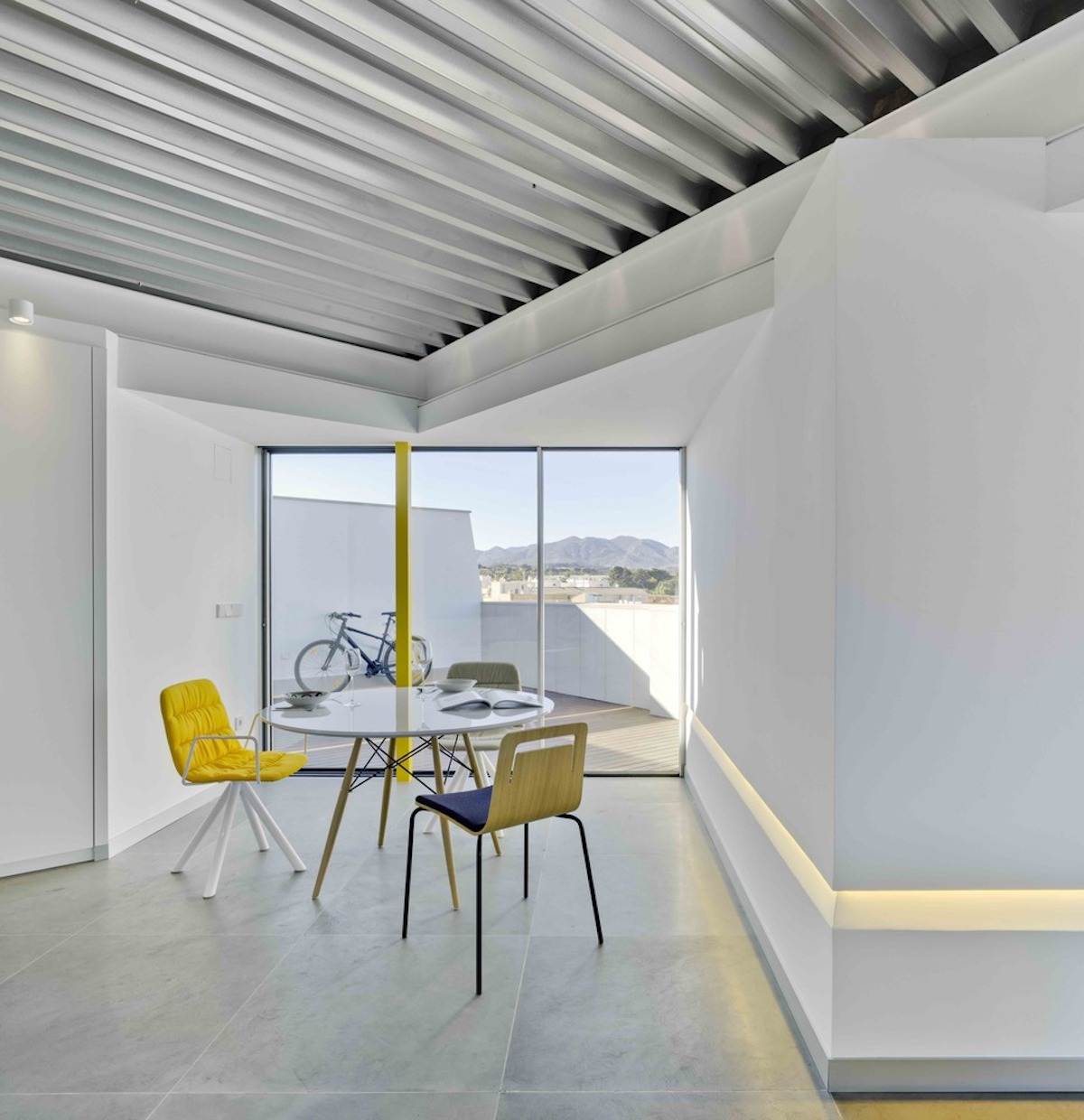 The roof terrace serves as an extension of the interior spaces, being a buffer between them and the exterior