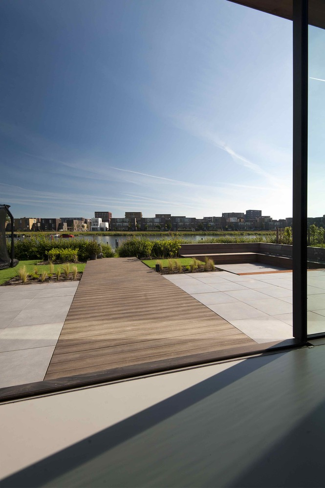 The view of the yard and water from the kitchen can be enjoyed in all kinds of weather.