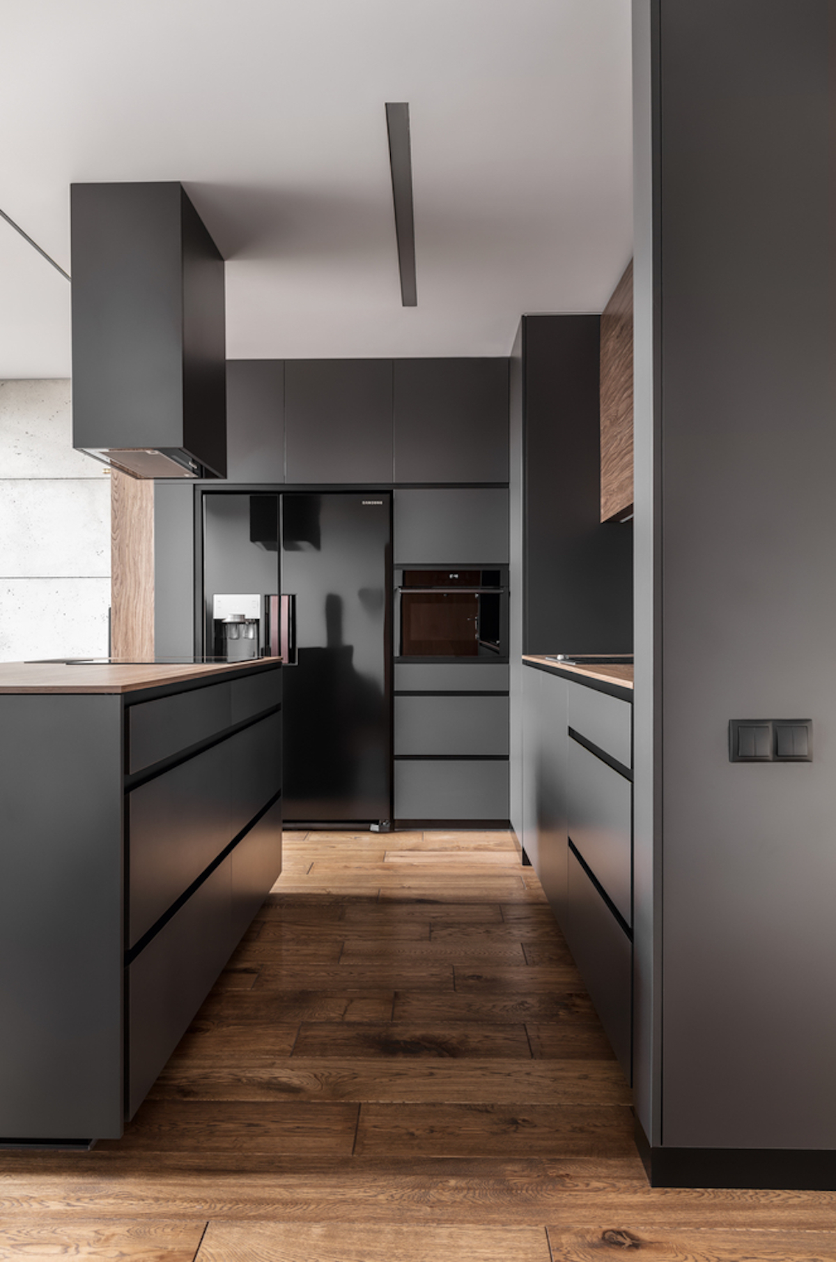The kitchen has a simple, sober and masculine design, with minimalist lines and colors