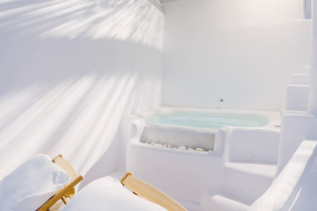 The tub areas includes lounges.