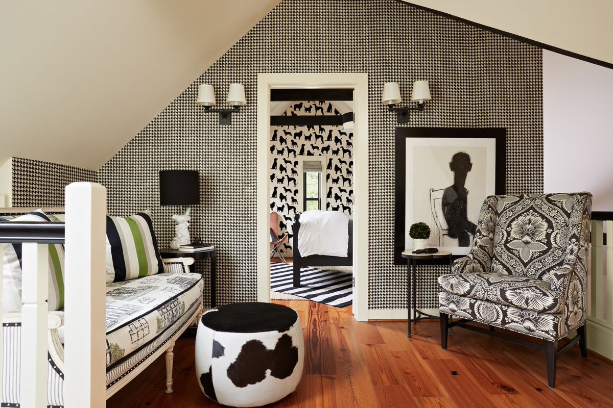 Clic Living Room With Black And White Wallpaper Pattern