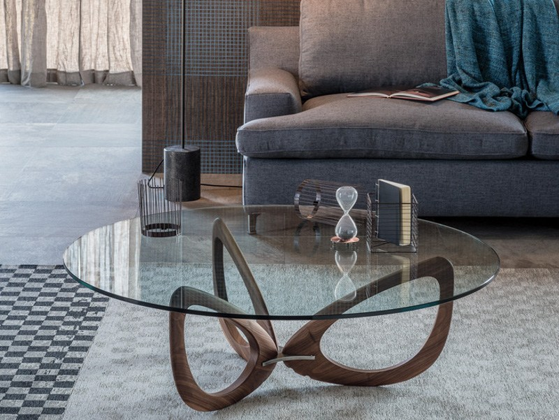 The three wooden elements that make up the base of the Helix table, in combination with the round top resemble a flower