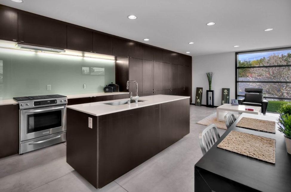 Charming View In Gallery. In This Modern Kitchen The Glass Backsplash ...