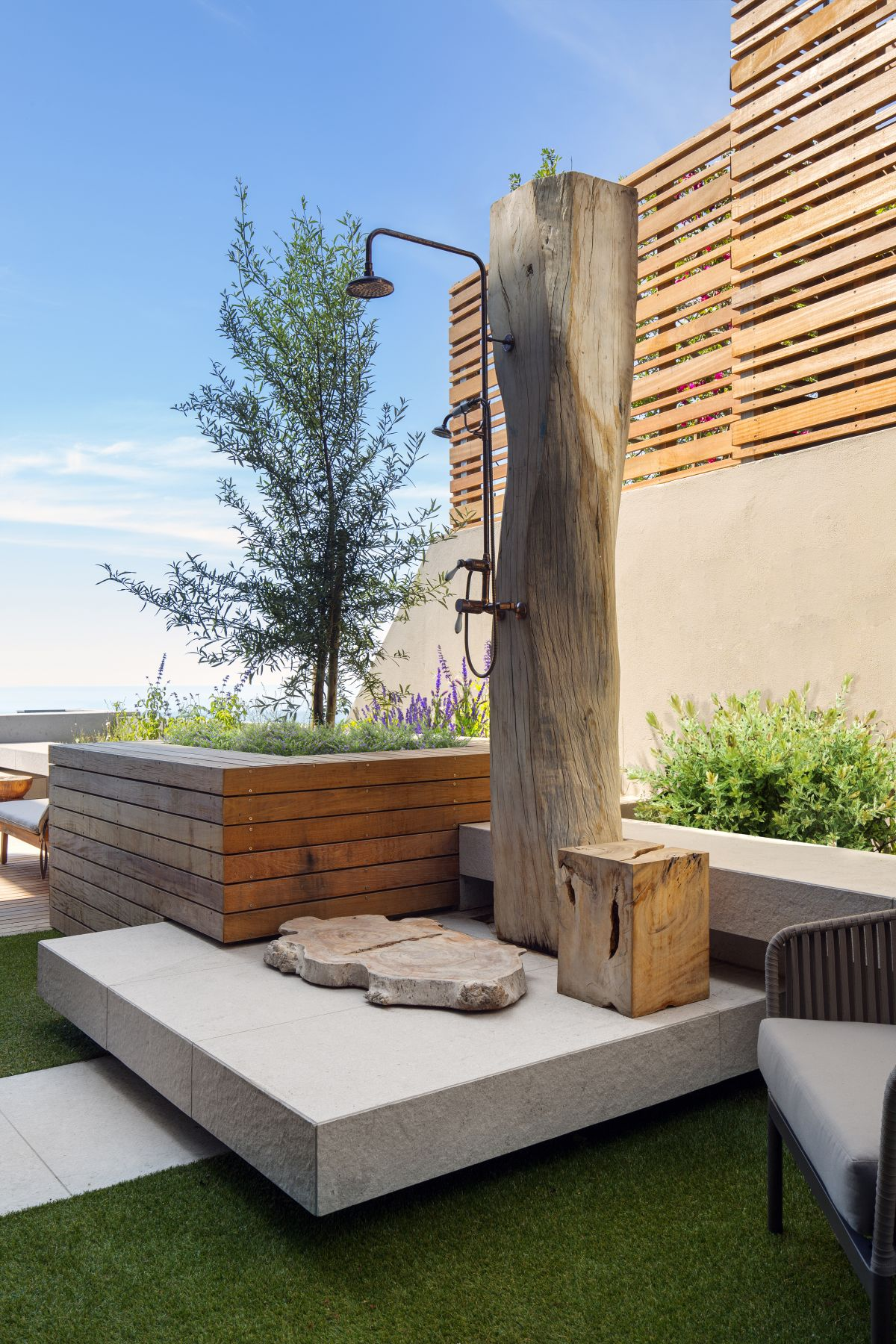 The outdoor is genius. The tree trunk is a really nice feature, in tone with the zen aesthetic