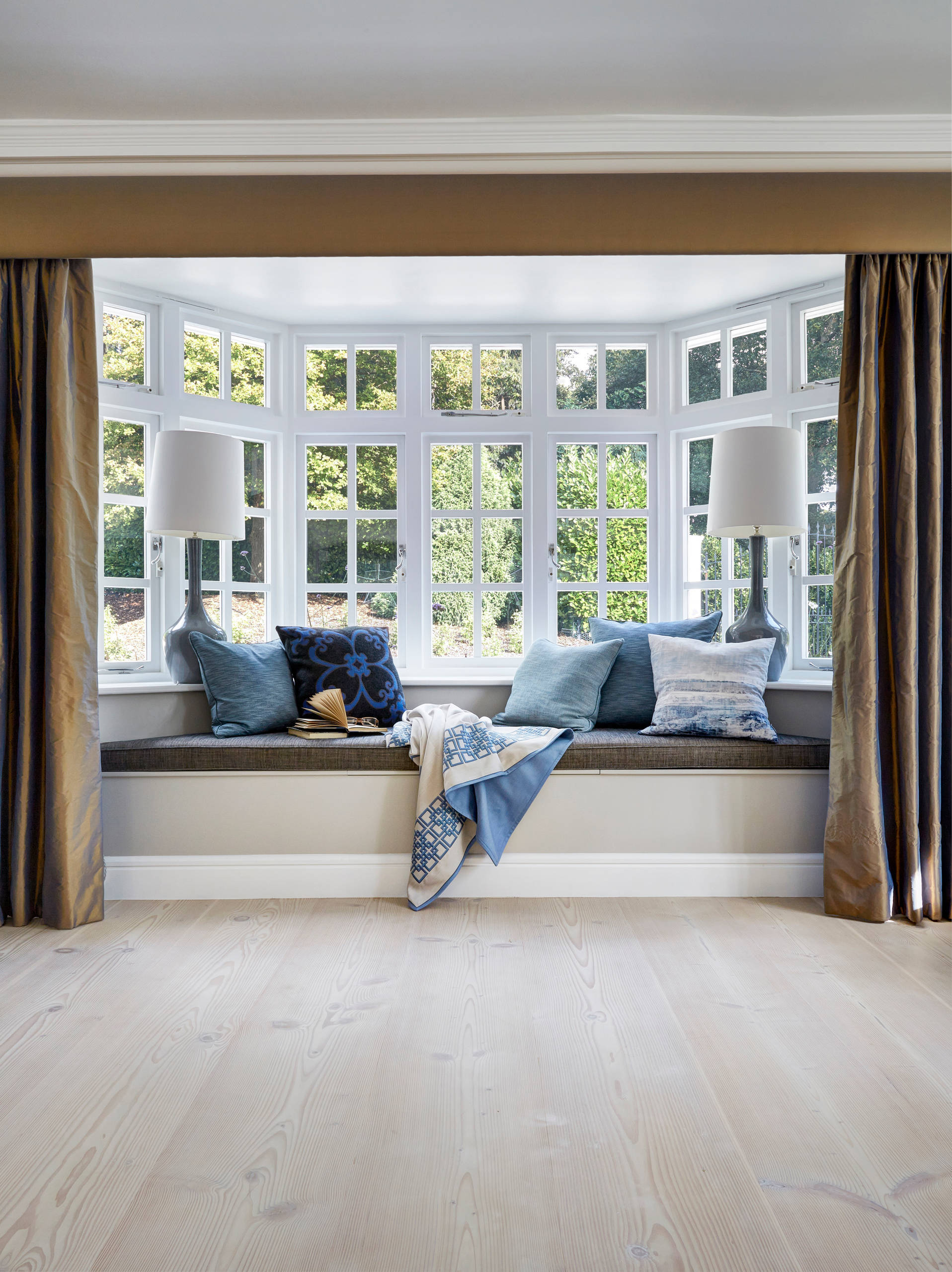 Image of: 10 Bay Window Treatments To Ponder For Your Panes