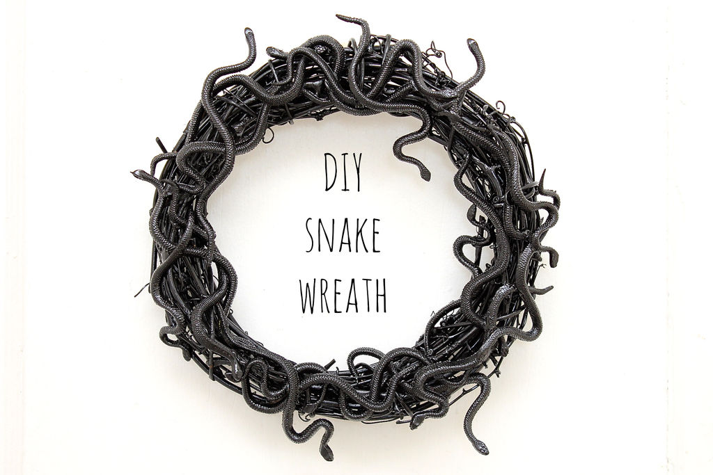 DIY Sanke Wreath - Scary Halloween Decorations That'll Give You The Jitters