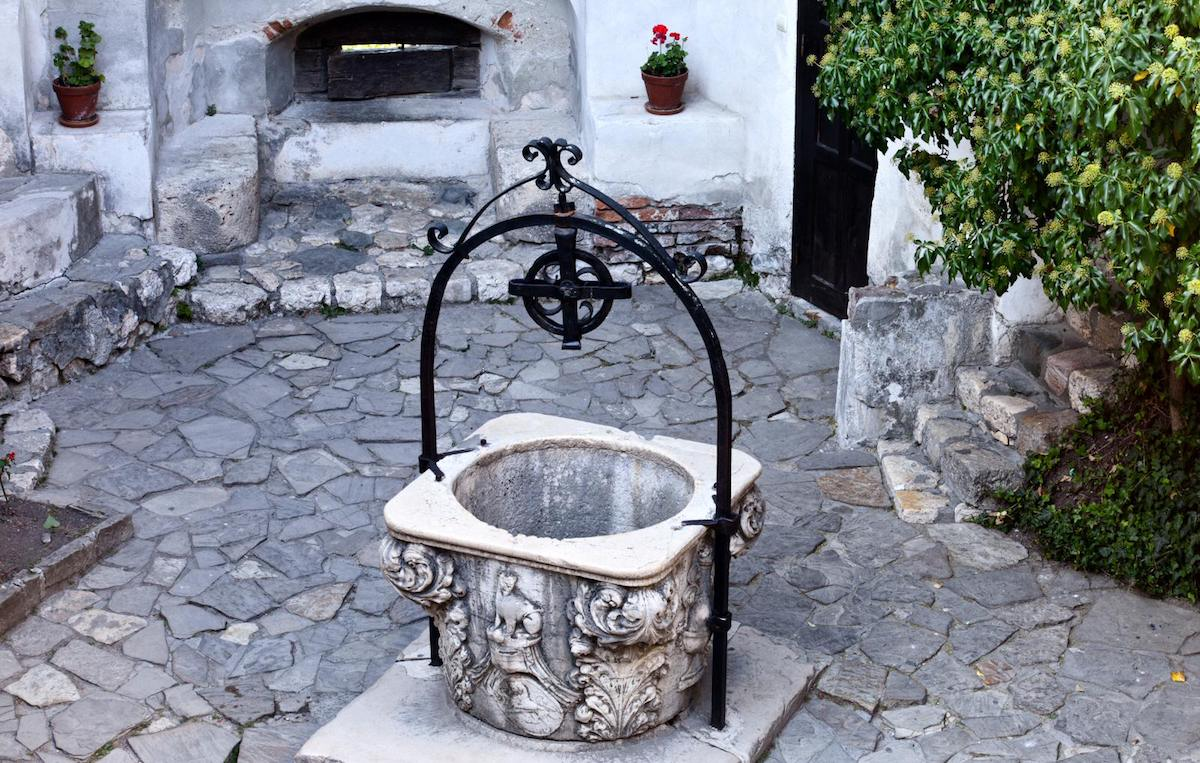 A small wishing well can be found in the courtyard. It's decorated with ornaments typical for the architectural style of the castle