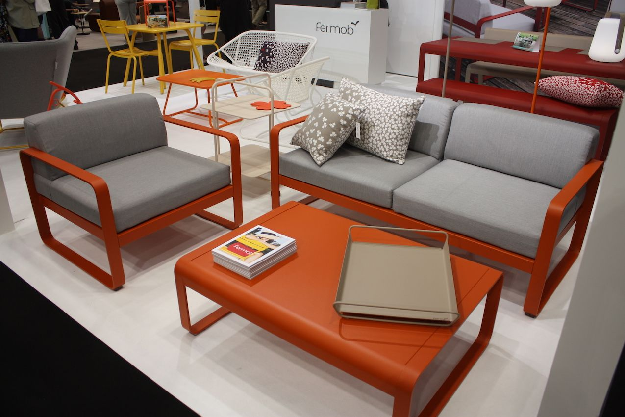 Bright frames and neutral cushions are a delightful combination.