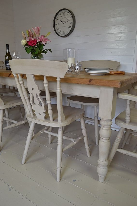 Casual and sturdy kitchen chairs can be of a fiddleback style.
