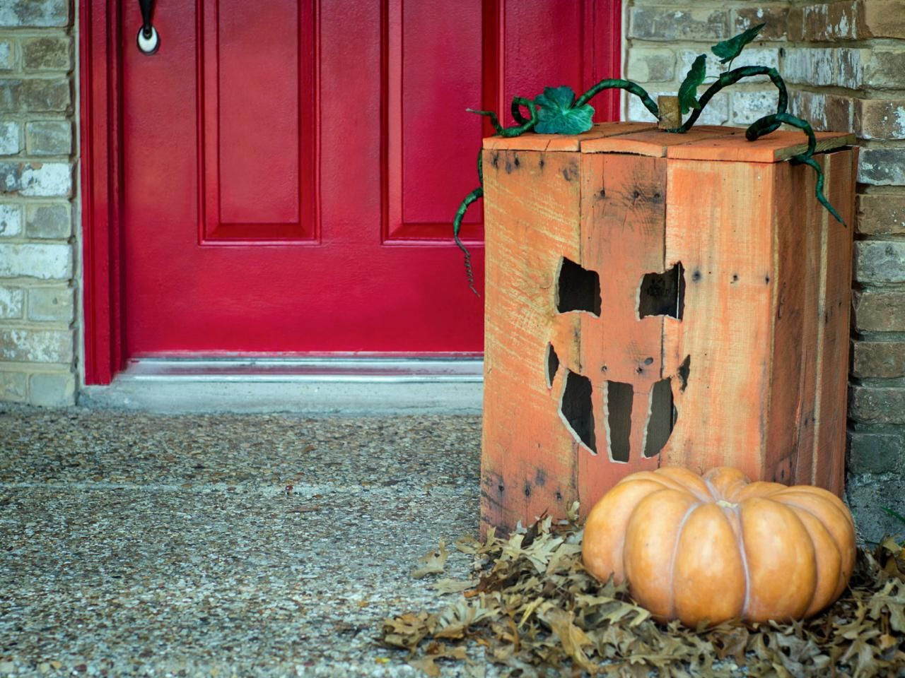 Halloween Jack O Lantern from pallet - Scary Halloween Decorations That'll Give You The Jitters