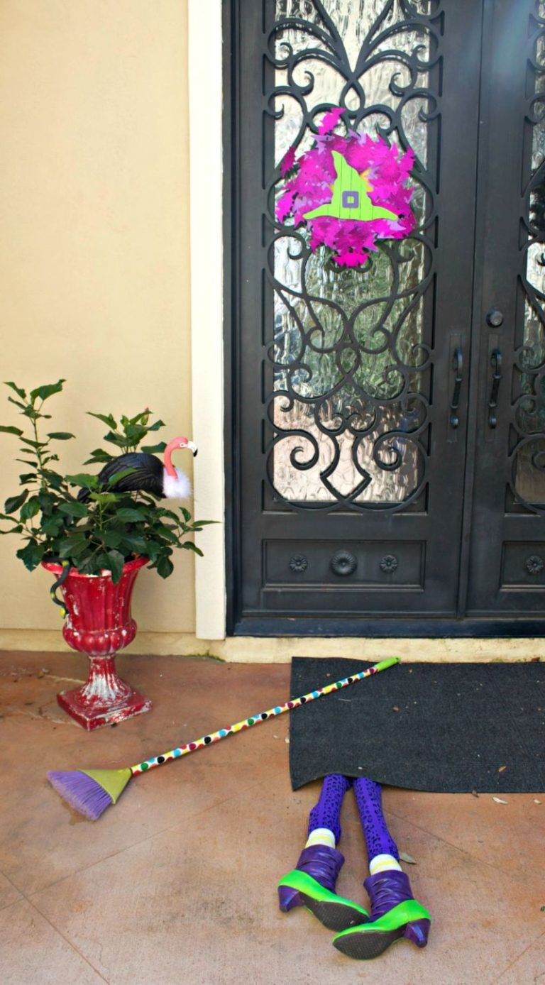 Halloween front door decor ideas for a spooky