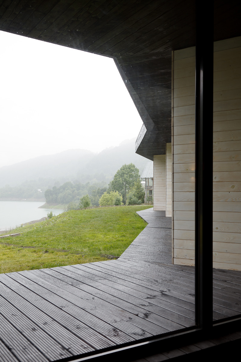 On one side, the spaces open up to views of a mountain lake and the sight is quite amazing